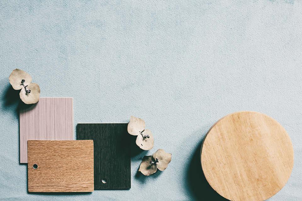 Verschieden Arten und Farben von Holz legt man sich am besten zum Vergleichen nebeneinander und entscheidet sich ganz in Ruhe, was die richtige Wahl für einen ist.