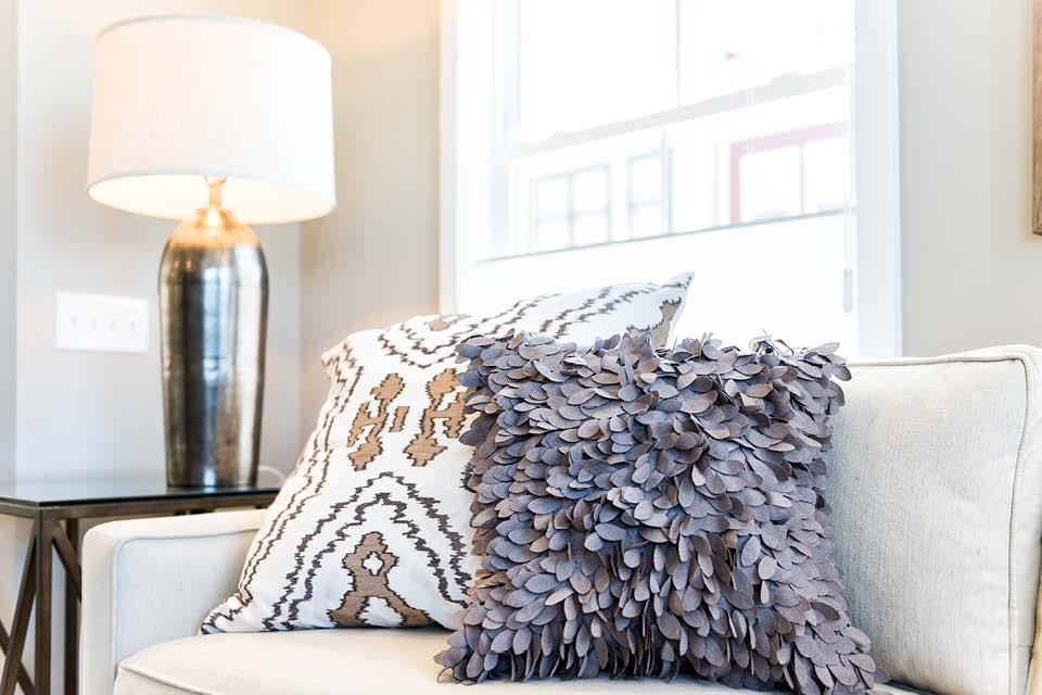 Besondere Kissen auf dem Sofa sind I-Tüpfelchen im Wohndesin und sorgen für Gemütlichkeit