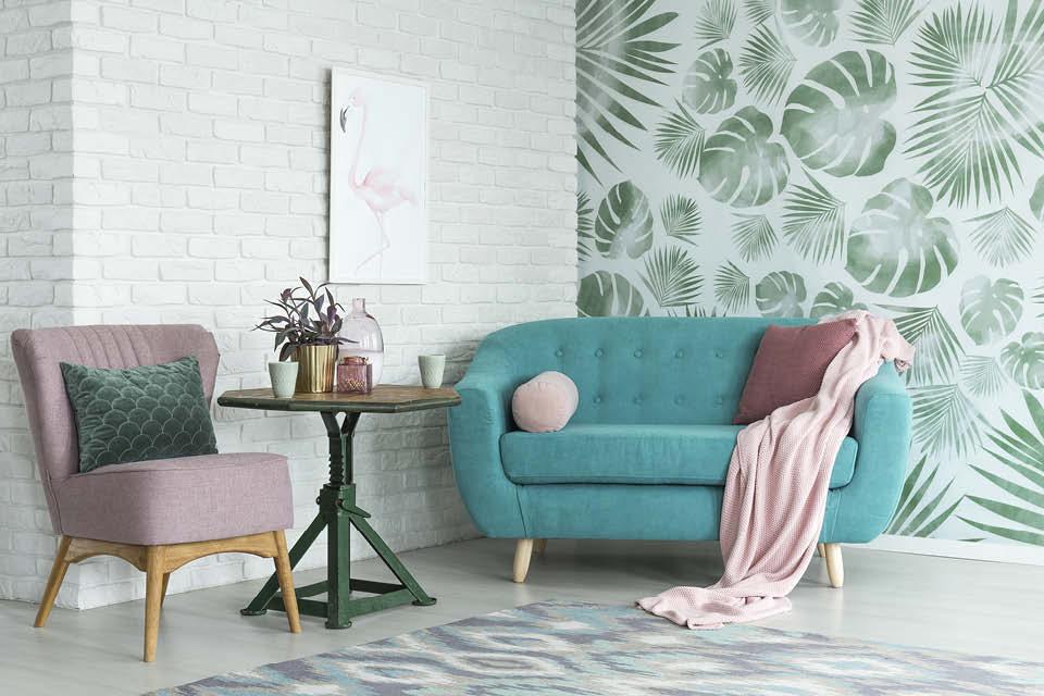 Eine Mustertapete, zum Beispiel mit großflächigen Blättern, ist immer ein Eyecatcher und hilft schnell, die Wohnung neu zu stylen.