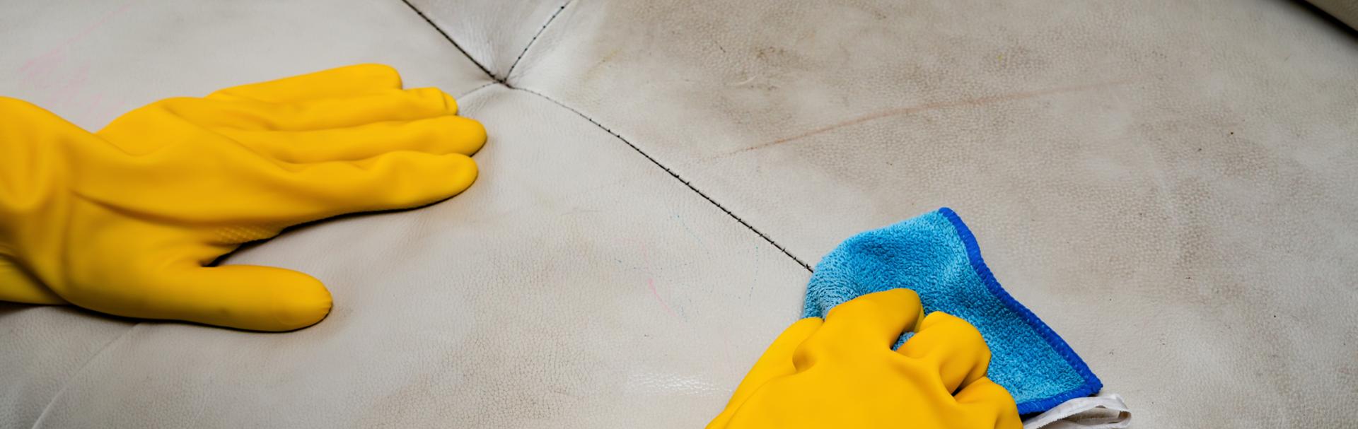 Wie entferne ich Verschmutzungen auf der Ledercouch? Tricks und Tipps zur Lederpflege gibt es bei m+t, dem Einrichtunhshaus in Norddeutschland