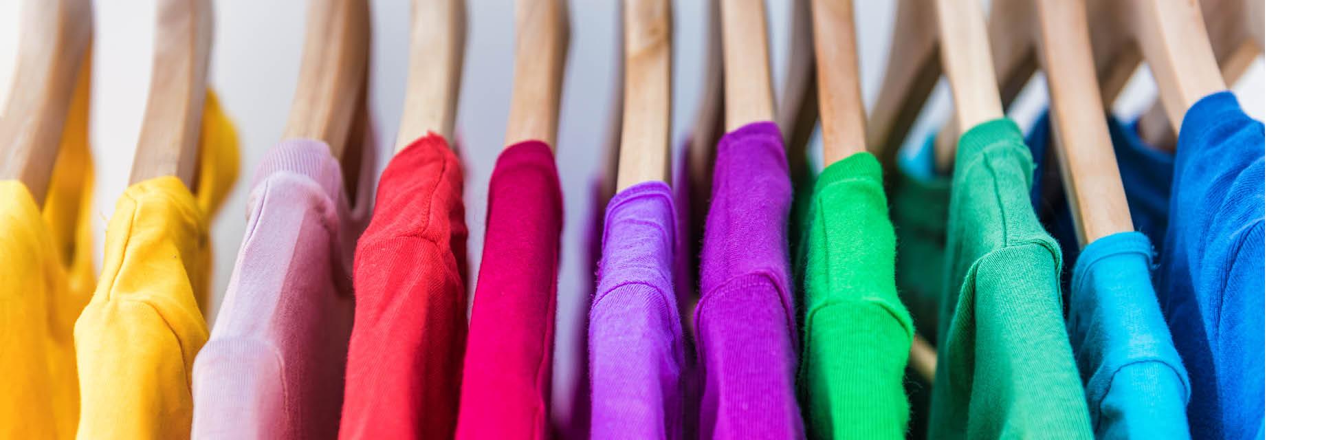 Kleiderschrank, Farblich sortiert