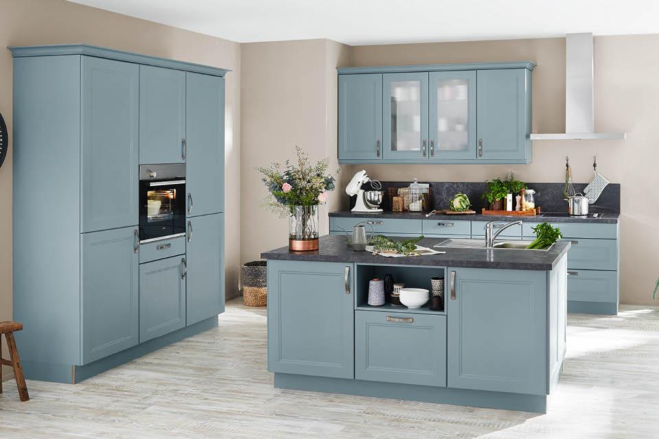 Landhausküche im hellen Pastellblau