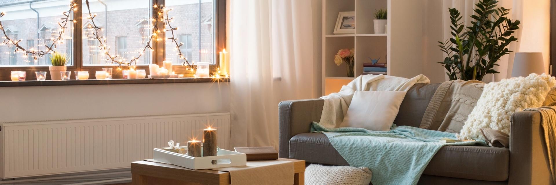 Heimeligkeit und Gemütlichkeit sind das A und O bei der Wohnungsgestaltung, denn Zuhause soll ein Ort des Wohlfühlens sein. Dies kann man zum Beispiel mit Lichterketten, dekorativen Kerzengläsern, schönen Kissen und Kuscheldecke auf dem Sofa erreichen.