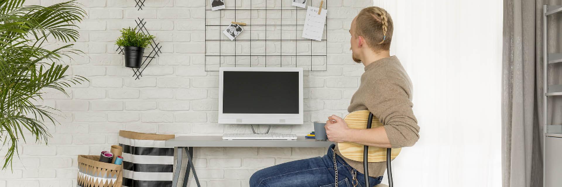 Mann am PC/Home Office