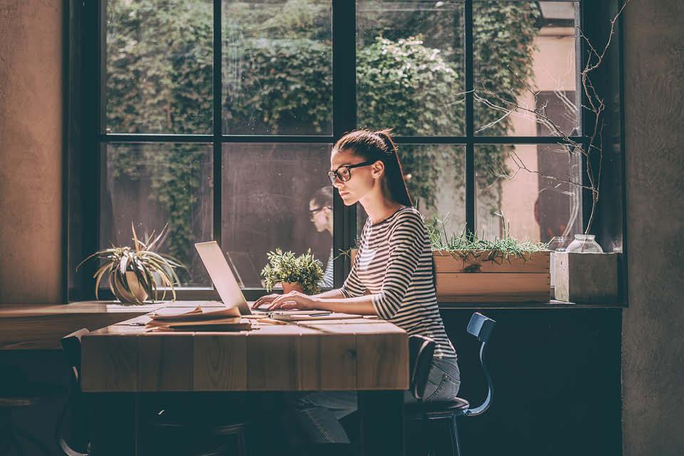 Wer kein eigenes Bürozimmer Zuhause hat, kann sich auch eine Ecke des Küchentischs als Home-Office zu nutze machen. So kann man Zuhause schöner wohnen und arbeiten in einem